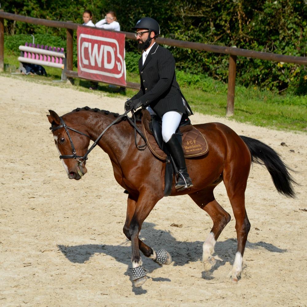 Cavalier en tenue lors d'un concours CSO en Savoie